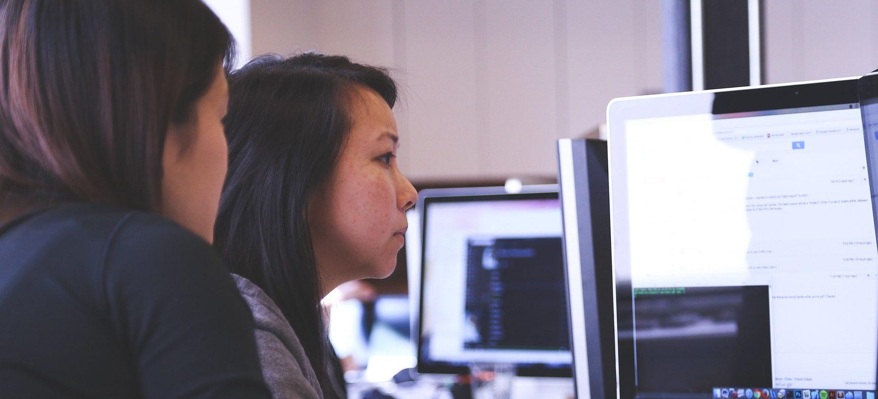Duas jovens utilizando um computador
