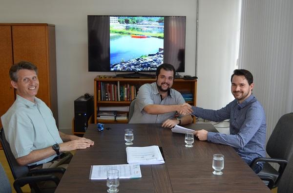 O professor Marcel Fernando da Costa Parentoni, reitor da Universidade em exercício, assinou o documento juntamente com o professor Benjamin.