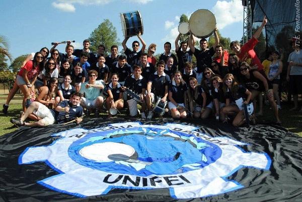 Membros da Bateria Danada, que existe na Unifei há 20 anos.
