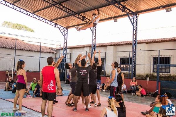 Um dos momentos da Cheer Camp – Academia de Heróis, um formato de treinamento muito tradicional no cheerleading.