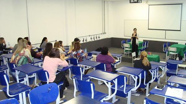 A responsável pela aplicação da oficina foi Flávia Neves de Oliveira Castro.