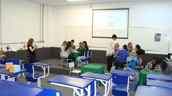 Após as colocações de Flávia, os participantes foram organizados em grupos para poderem ter contato com o jogo e aprender mais sobre o Librário de maneira prática.