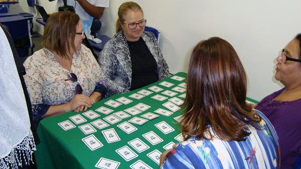 O jogo foi desenvolvido por vários interessados no assunto, como a comunidade de surdos, intérpretes de Libras e representantes do meio acadêmico.