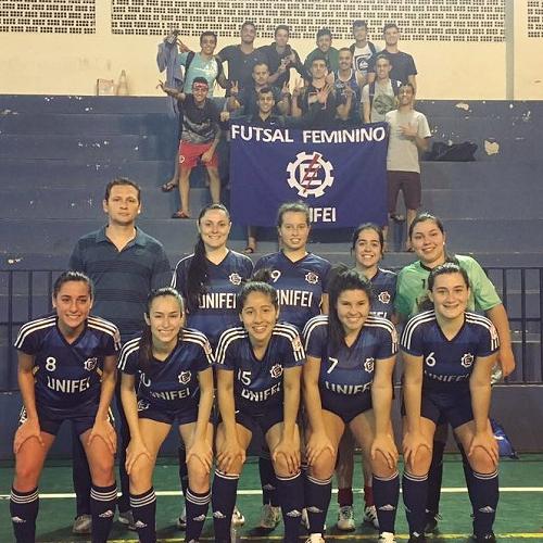 A equipe de futsal feminino da Unifei que participou dos JUMs 2017 obteve o quinto lugar.