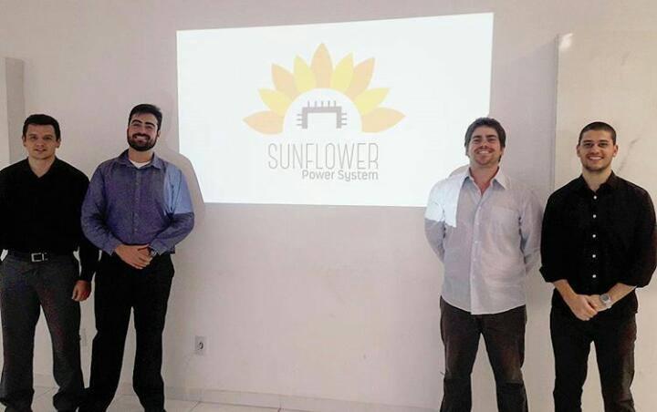 Integrantes da SunFlower Power System junto ao símbolo da startup.
