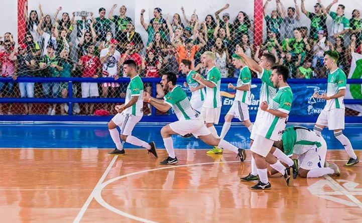 equipe de futsal comemorando