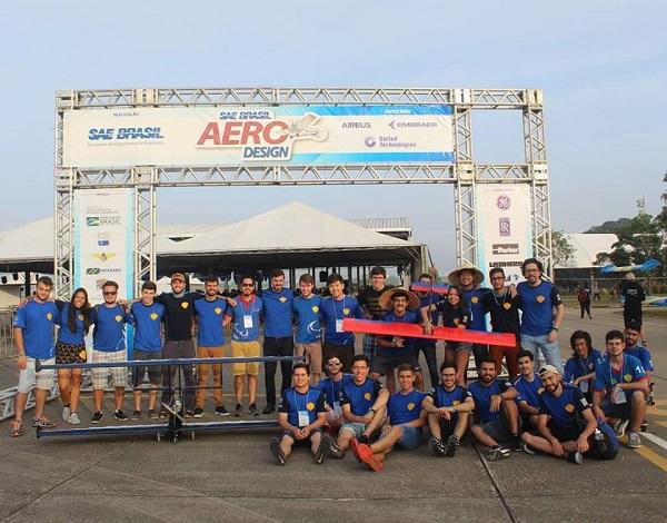 Entre os dias 24 e 27 de outubro, a equipe Uirá Aerodesign participou da XXI Competição SAE Brasil Aerodesign, na qual conquistou o 1º lugar na categoria Torneio de Acesso