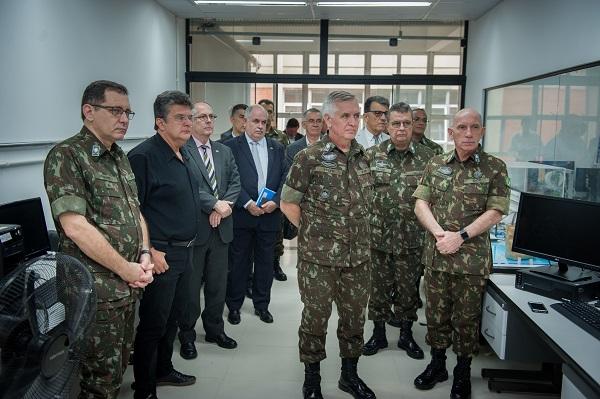 O general Schons, à direita, e sua comitiva visitaram o LABTEL, um dos laboratórios do IESTI.