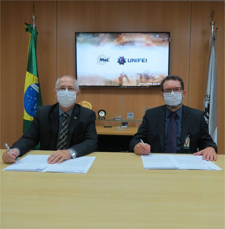 O acordo entre a UNIFEI e a IMBEL foi assinado pelo professor Edson Bortoni e o general Aderico Mattioli, em 04 de fevereiro, em Brasília.