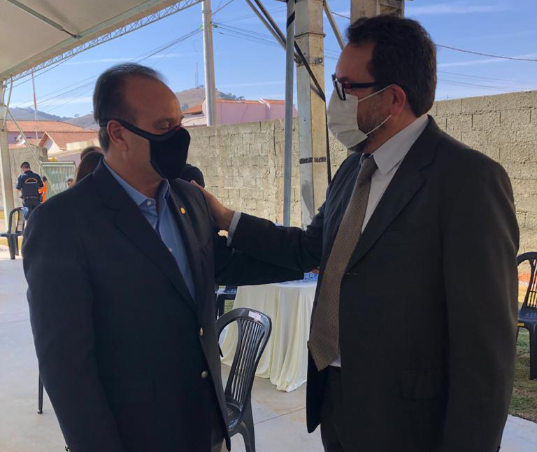 O professor Bortoni manteve contato com o deputado federal Bilac Pinto.
