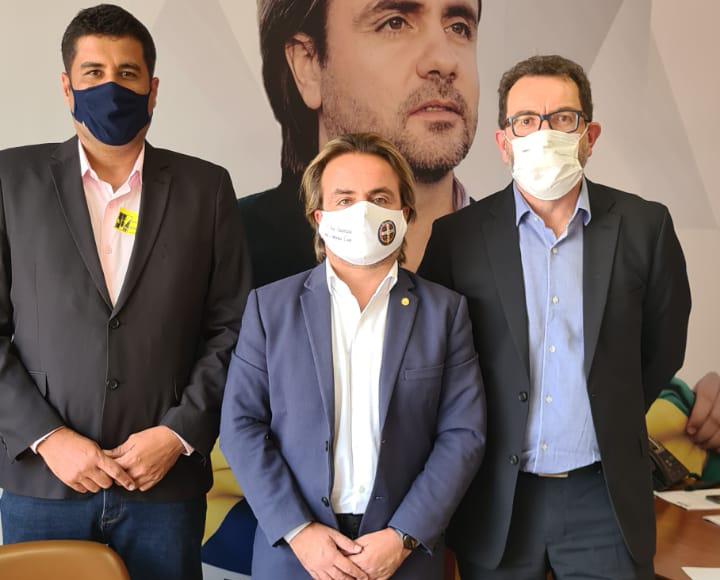 Acompanhado do professor Gilberto Cuzzuol, diretor do campus de Itabira, o reitor foi recebido pelo deputado Eros Biondini (ao centro).