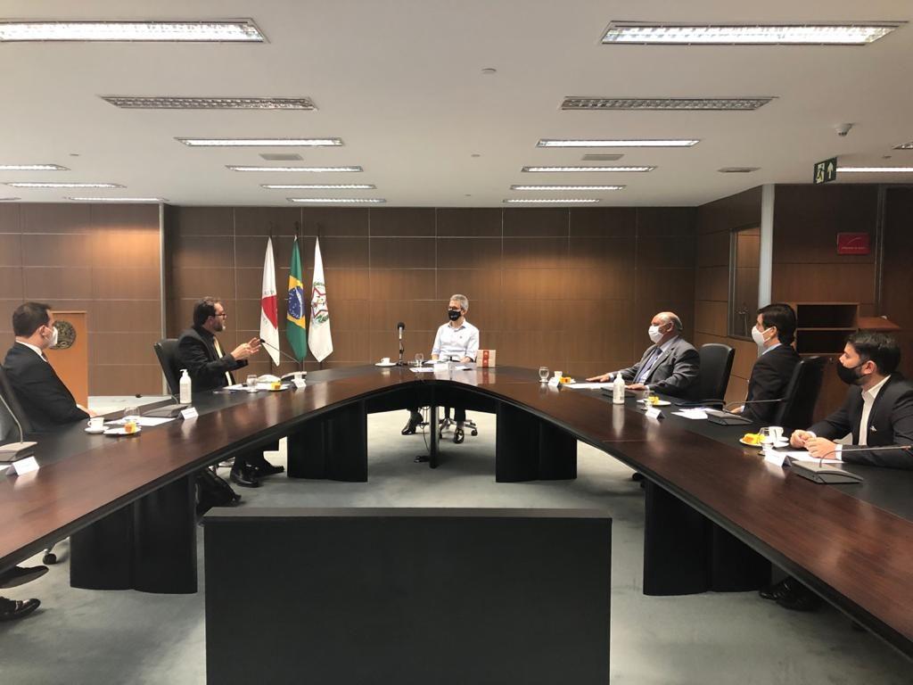 O professor Bortoni e autoridades políticas se reuniram com o governador de Minas Gerais, Romeu Zema.